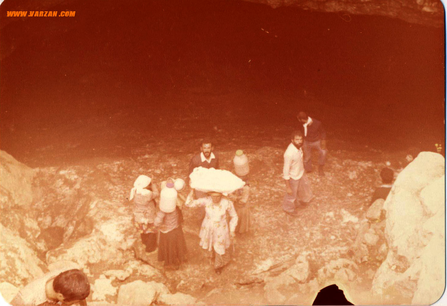 زنان برف بر سر در غار برفی