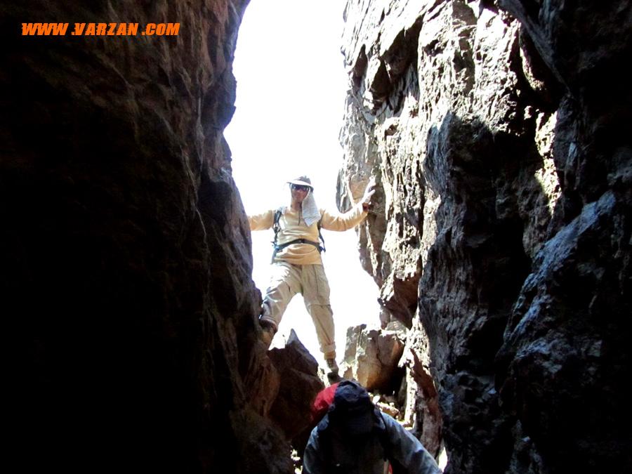 گذر از شکاف صخره یال در مسیر قله ی هفت خوانی2