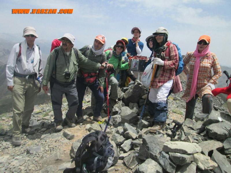 گروه کوهنوردی بر روی قله