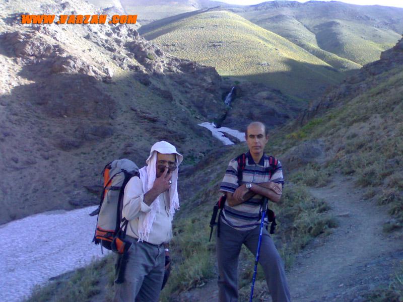 زیر آبشار در مسیر خلنو با همنورد