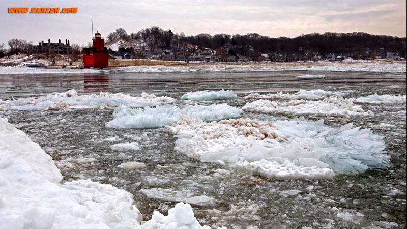 یخ از کنار فانوس دریایی میشیگان رد می شود. 17 ژانویه 2015