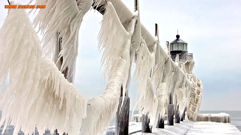 پس از یک توفان زمستانی که امواجی به بلندی 6 متر بر روی دریاچه میشیگان ایجاد کرد، فانوس دریایی میشیگان با یخ پوشانده شده است. 20 دسامبر 2010
