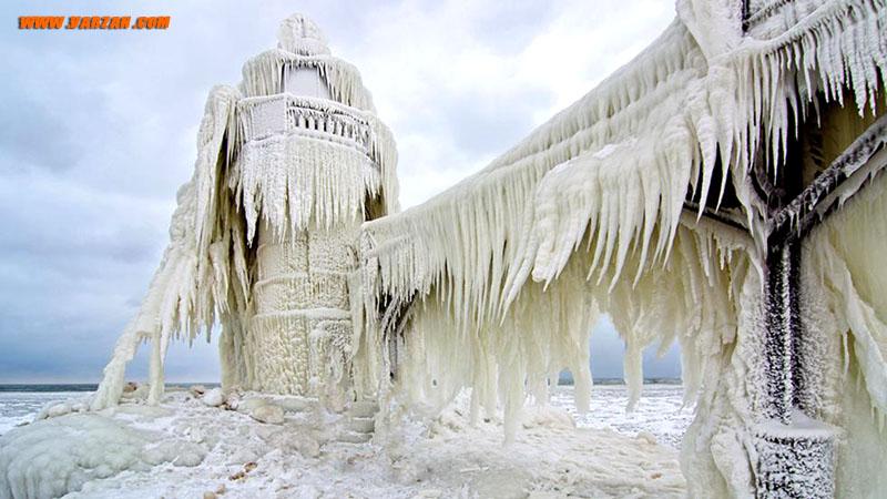 بیرون فانوس دریایی میشیگان با لایه ضخیمی از یخ در 26 ژانویه 2013 پوشیده شده است.