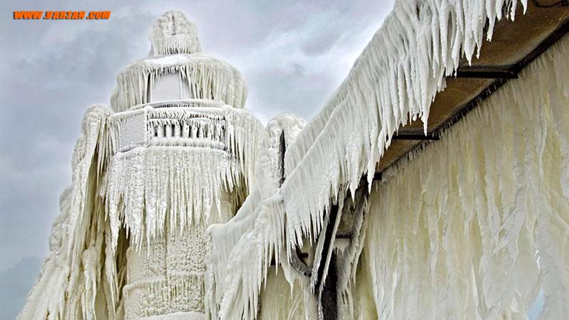 یخ و برف چراغ بیرونی و راه باریک منتهی به فانوس دریایی را در 26 ژانویه 2013 پوشانده است.