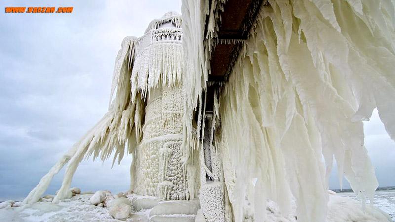 نمای گسترده ای از فانوس دریایی میشیگان، از زیر راه باریک پوشیده از یخ در 26 ژانویه 2013