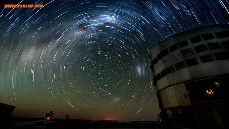 """یکی از واحدهای تلسکوپی """"تلسکوپ بسیار بزرگ"""" در زیر نور روشن مسیر ستاره ای"""