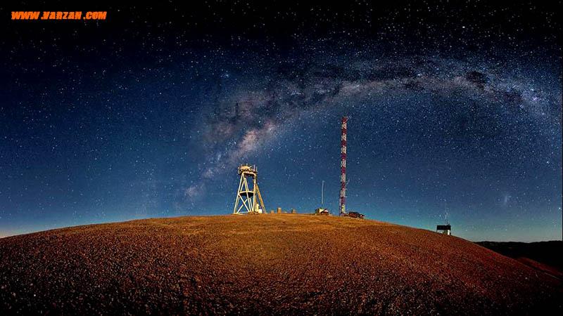 """تصویر پاناروما برج سمت چپ """"تلسکوپ بسیار بزرگ"""" در """"سرو آرمازونز"""" در بیابان شیلی"""