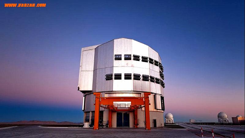 پیش از فرود آمدن تاریکی در رصدخانه پارانال، آسمان آبی و صورتی می باشد.