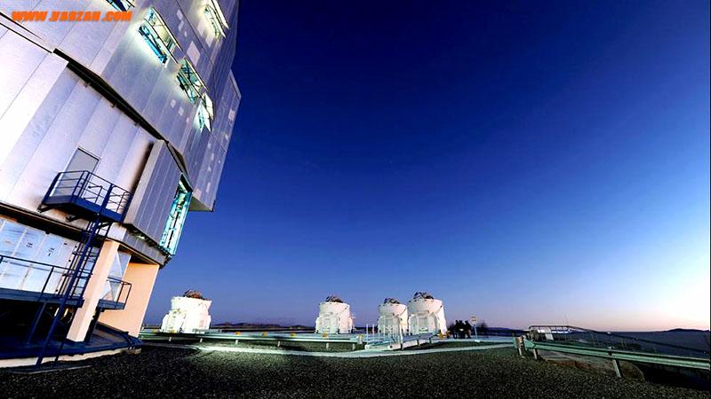 گروه کوچکی دور تلسکوپ جمع شده تا آسمان شب را در رصدخانه پارانال در شیلی مشاهده کنند.