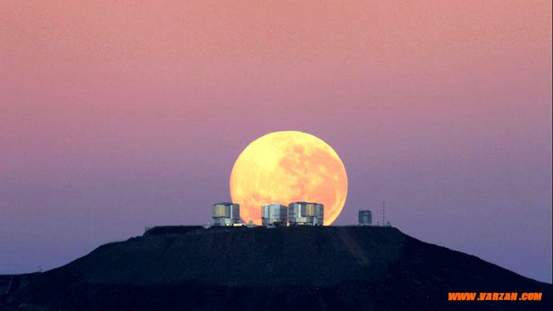 """ماه کامل در بالای """"تلسکوپ بسیار بزرگ"""""""
