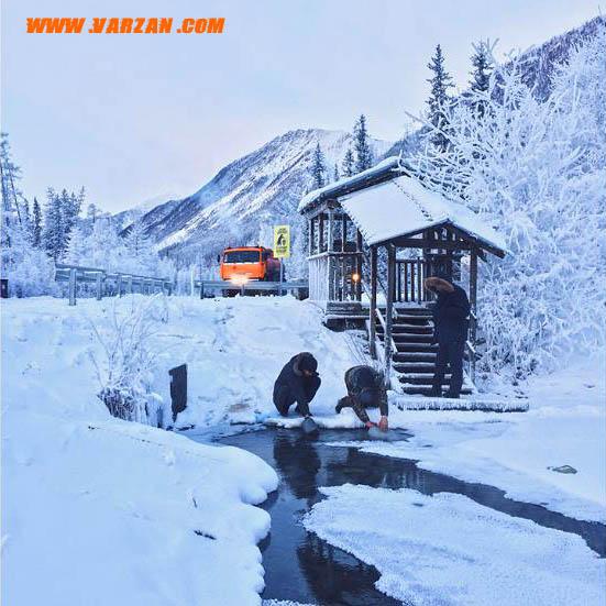 یک چشمه جاری در جاده کلیما نزدیک منطقه مسکونی رازویلکا در یاکوتسک روسیه