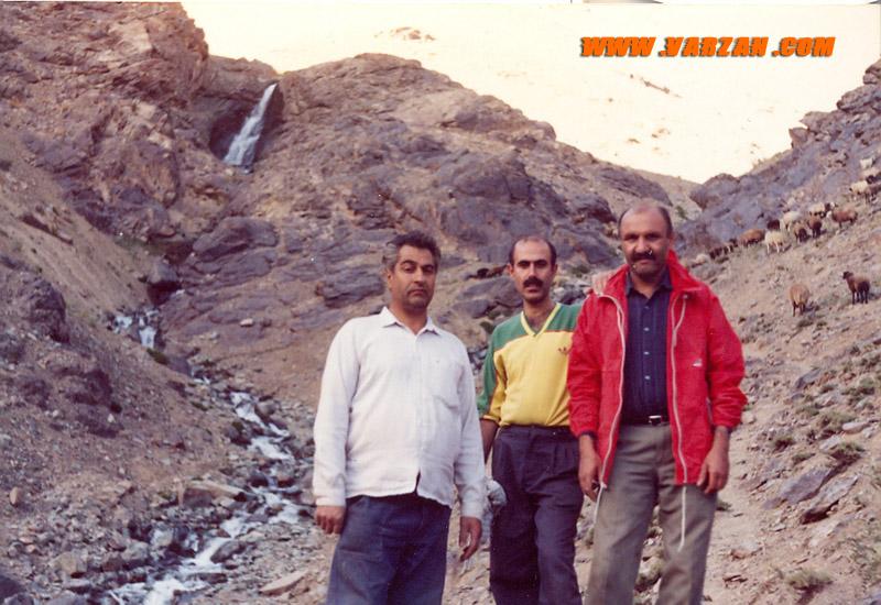 زیر آبشار در مسیر خلنو با همنوردان